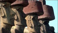 Las estatuas gigantes tienen sombreros rojos.