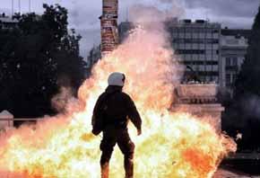 C�cteles molotov y gases lacrim�genos en la tercera huelga general contra Tsipras