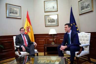 S�nchez y Rajoy permanecen reunidos durante una media hora, tras saludarse sin estrecharse la mano