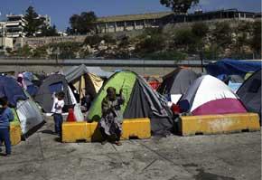 Gobierno griego inici� el traslado a Leros de 120 personas desde Lesbos y 200 desde Qu�os para aligerar la carga de los dos primeros.