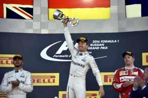 Nico Rosberg (c) en lo m�s alto del podio del Gran Premio de Rusia