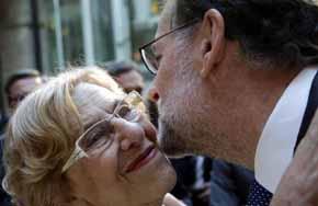 Rajoy saludando este 2 de mayo, a la alcaldesa de Madrid Manuela Carmena
