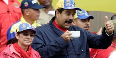 El Presidente de Venezuela, Nicol�s Maduro, junto a su esposa, saluda durante el acto por el 1 de Mayo, en Caracas. Foto: Reuters