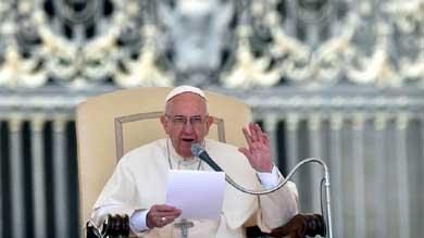 Papa consuela a personas con problemas y arremete contra la maldad humana