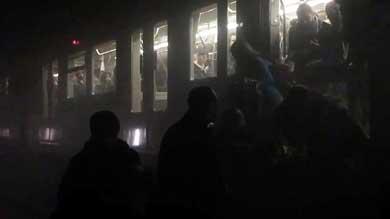 Captura de un vídeo que recoge la evacuación de pasajeros tras el atentado en la estación de Maelbeek en Bruselas AFP/Getty Images