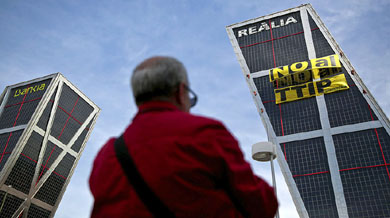 Activistas de Greenpeace protestan en Torres Kio contra el TTIP