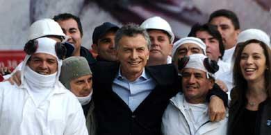 Macri junto a un grupo de trabajadores de una planta de pollos en la provincia de Buenos Aires, el viernes pasado.
