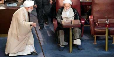 Ahmad Jannati (izquierda), nuevo presidente de la Asamblea de Expertos durante el encuentro de este martes en Teher�n.
