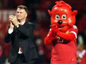 Louis van Gaal  junto a la mascota del Manchester United