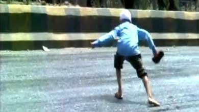 Imágenes difundidas por el canal TV9-Marathi muestran pistas derritiéndose por la intensa ola de calor en la India. (Captura de pantalla)
