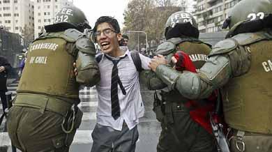 Los estudiantes chilenos volvieron a la carga con la ocupaci�n de colegios y varias violentas protestas, en una ofensiva en contra del gobierno de Michelle Bachelet, al que le piden acelerar la ansiada reforma educativa.