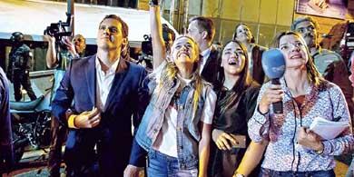 El l�der de Ciudadanos, Albert Rivera, junto a Lilian Tintori, la esposa de Leopoldo L�pez, el martes en Caracas, Venezuela.