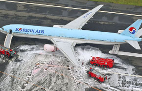 Una foto a�rea muestra los pasajeros de pie cerca de un avi�n de Korean Air Lines.