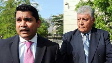 El exoficial chileno Pedro Pablo Barrientos N��ez (d) junto a su abogado a la salida de la Corte