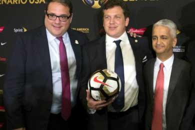 Presidente Alejandro Dom�nguez (C), Presidente de la Concacaf V�ctor Montagliani (L) y Chairman Sunil Gulati comit� organizador Copa Am�rica