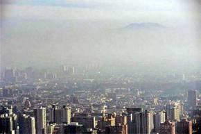 La capital chilena cubierta por una densa capa de
