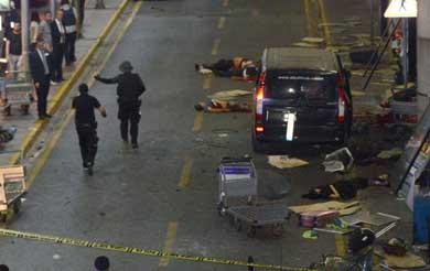 Ataque terrorista con explosiones y tiroteos en el aeropuerto de Estambul