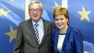 Jean Claude Juncker y la ministra escocesa