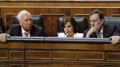 De izq. a dcha. Manuel Margallo, ministro de RR.EE., Soraya S�ez de Santa Mar�a, vicepresidenta y Mariano Rajoy, Presidente en funciones