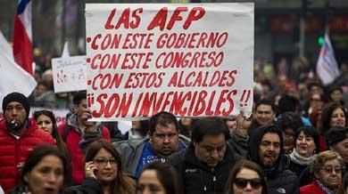 M�s de 100.000 chilenos marcharon este domingo en Santiago de Chile para protestar contra el actual sistema de pensiones manejado por las Administradoras de Fondos de Pensiones (AFP)