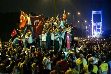 En Turqu�a ordenan la captura de m�s de 40 periodistas