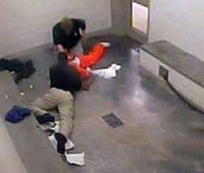 Un guardia de EEUU estrangula y mata a un recluso