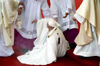 Papa Francisco sufre ca�da durante una misa en Polonia