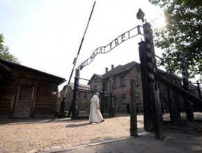 Francisco visita Auschwitz: �Se�or, perd�n por tanta crueldad!