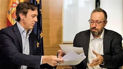 Rafael Hernando (i) y Juan Carlos Girauta, PP y C's respectivamente, firmando el pacto el pasado viernes 19 de agosto.