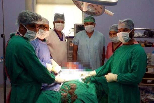 Fue al hospital por dolor en el estómago y le detectan 40 cuchillos