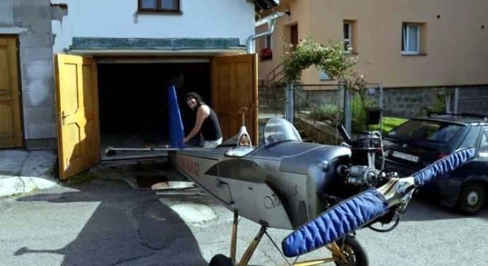 Un hombre construye una avioneta artesanal para ir al trabajo y llegar antes