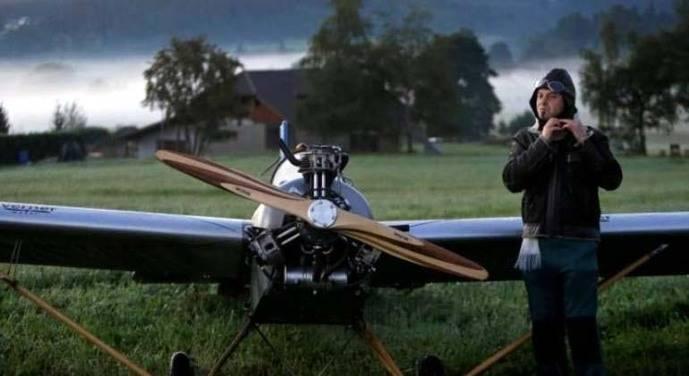 Frantisek Hadrava junto a su avión.