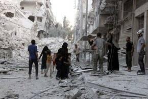 Una familia siria huye de este barrio de Alepo, en donde los bombardeos no cesan.