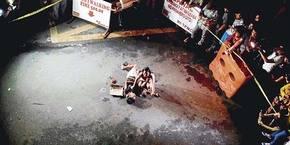 Jennelyn Olaires llora mientras sostiene el cuerpo de su esposo Michael Siaron, que acababa de ser asesinado