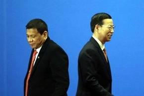 El presidente filipino Rodrigo Duterte (i) y el viceprimer ministro chino Zhang Gaoli.