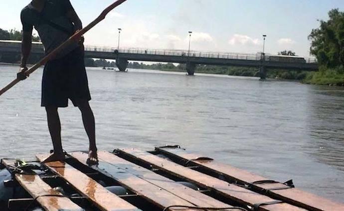 Para pasar de Guatemala a México lo ilegales deben atravesar el río en una balsa improvisada.  (Foto: Madeleine Penman/ Amnistía Internacional)