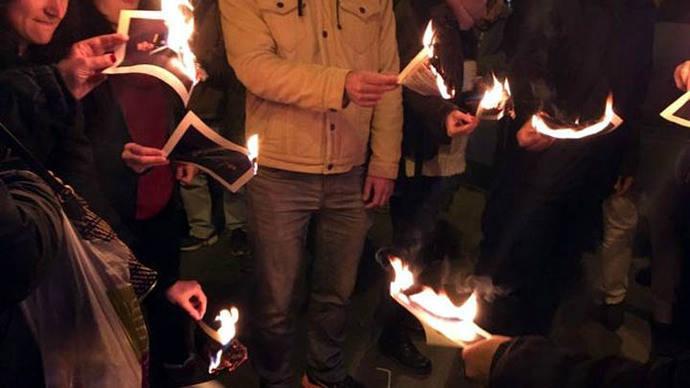 La quema de fotos del rey se extiende a diversas ciudades catalanas en apoyo a los detenidos