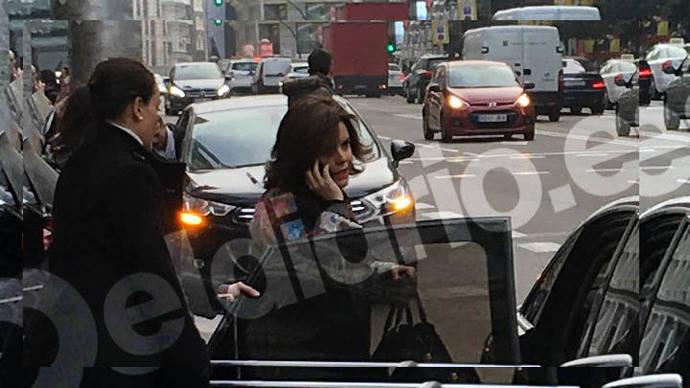 La vicepresidenta aparca el coche oficial en el carril bus de la Gran Vía para ir a Primark