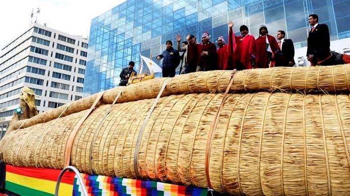 Bolivia despide al barco de totora que viajará por el Pacífico