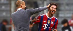 Xabi Alonso, jugador del Bayern Munich, con Pep Guardiola, en su etapa como entrenador de este club