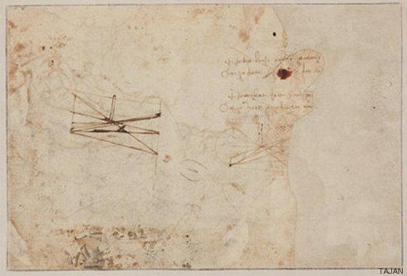 En el reverso se ven dos bocetos científicos, así como notas escritas a mano de derecha a izquierda, como se sabe que Leonardo escribía. | Fotografía: TAJAN