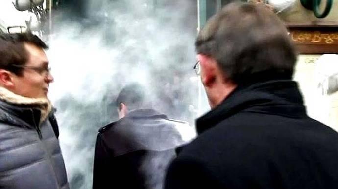 Francia: candidato socialista y ex primer ministro Manuel Valls es rociado con un saco de harina