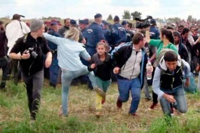 Condenan a la periodista húngara que golpeó a refugiados