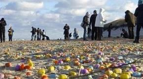 La costa de una isla alemana es inundada con miles de huevos sorpresa