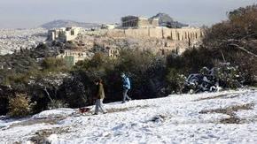 La región de Atenas paralizada por la peor nevada en nueve años