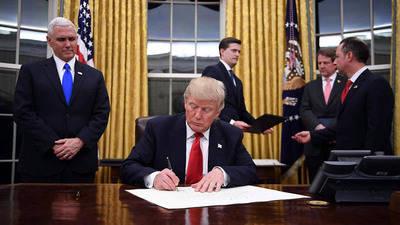 Trump firma decreto contra el sistema de salud Obamacare
