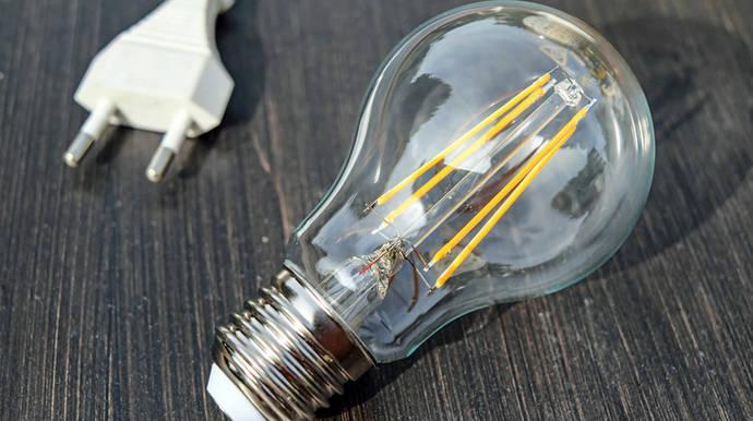 El ministro Nadal anuncia que la factura de la luz subirá unos 100 euros al año