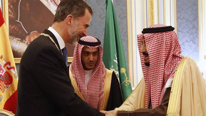 El rey Felipe VI se ciñe a hablar de negocios con su homólogo saudí