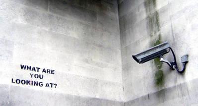 Graffiti de Banksy frente a una cámara de circuito cerrado