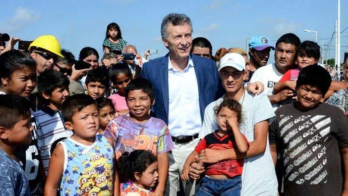 Macri afirma que economía debe crecer para eliminar la pobreza en Argentina